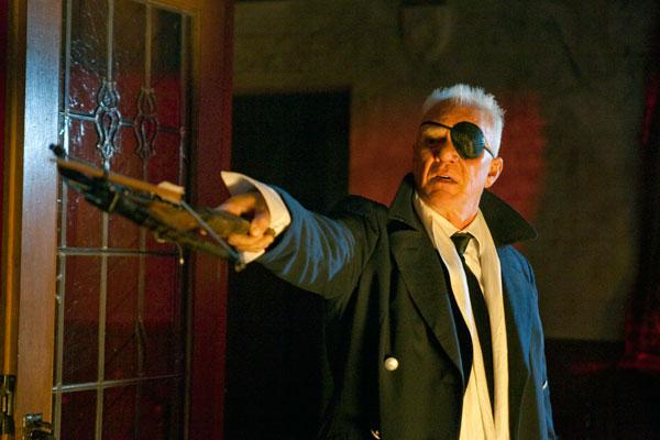 Eddie Van Helsing (Malcolm McDowell) dans Suck