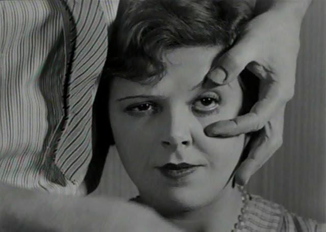 La femme (Simone Mareuil) dans Un chien Andalou